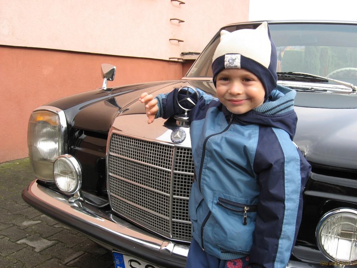 Krzysztof Tomala i Mercedes-Benz W114. Foto: Krystian Tomala