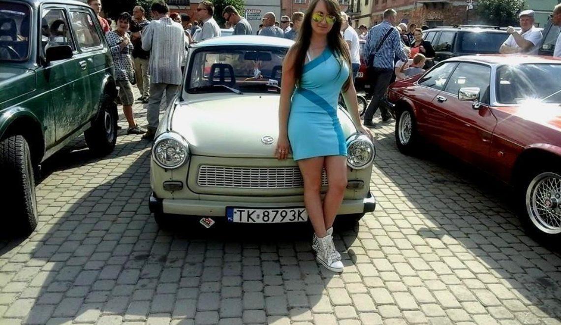 Dziewczyna i jej podrasowany Trabant