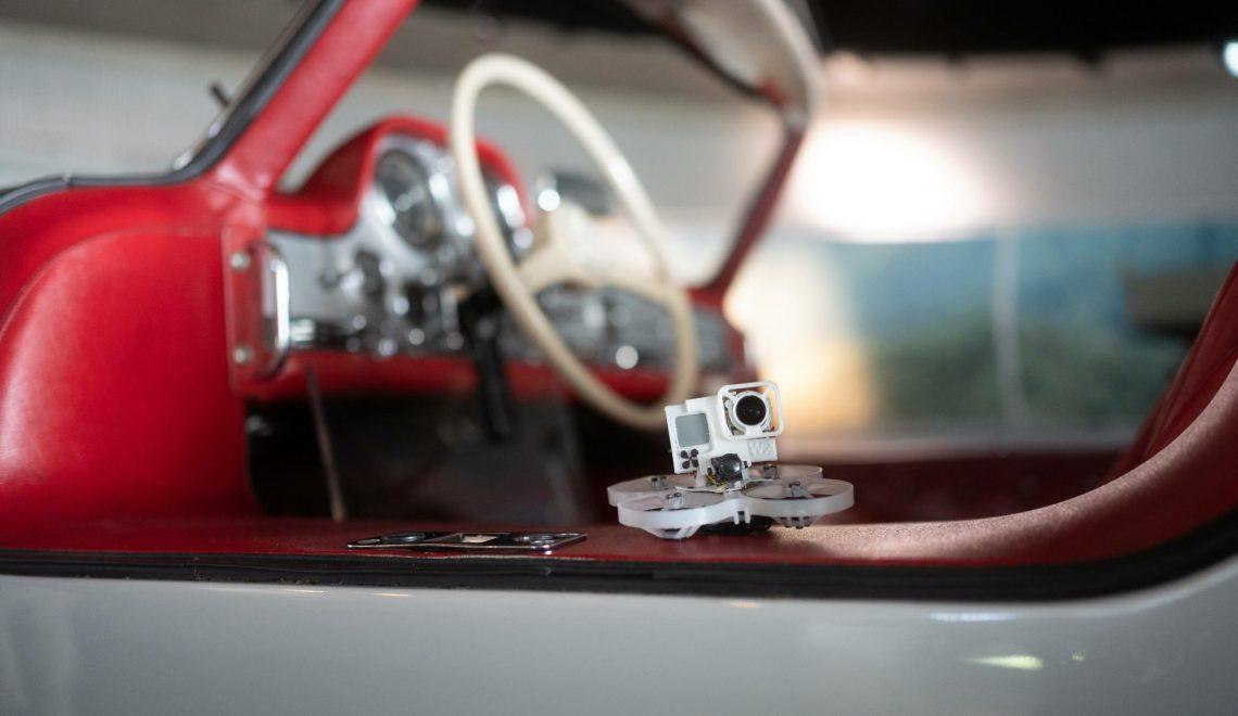 Spektakularny przelot dronem przez wnętrza Muzeum Mercedes-Benz