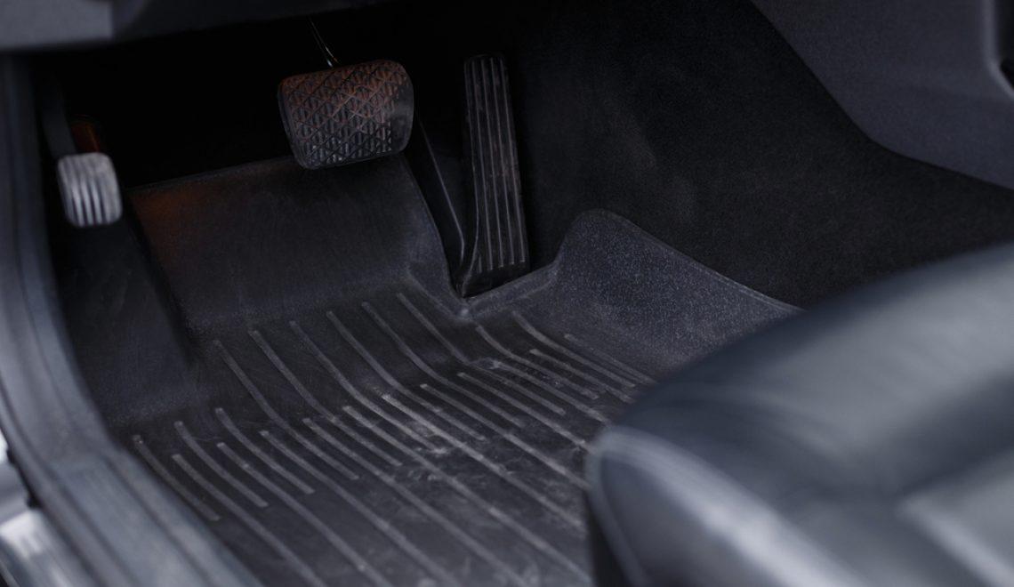 Jaki dywanik samochodowy wybrać – gumowy czy welurowy?